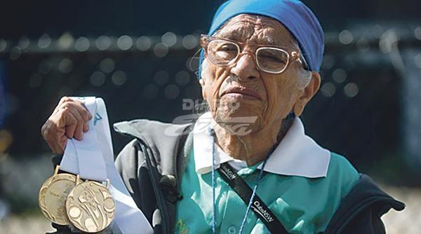 Abuelita de 101 años gana oro en prueba de 100 metros planos
