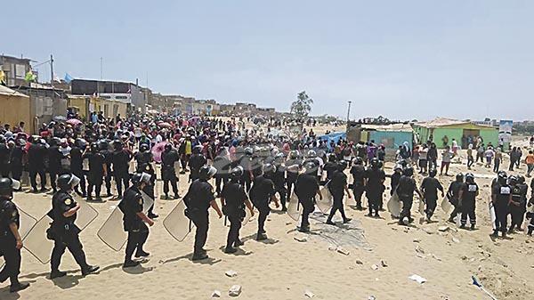 Serenos y policías se enfrentaron con invasores de terrenos — Villa El Salvador