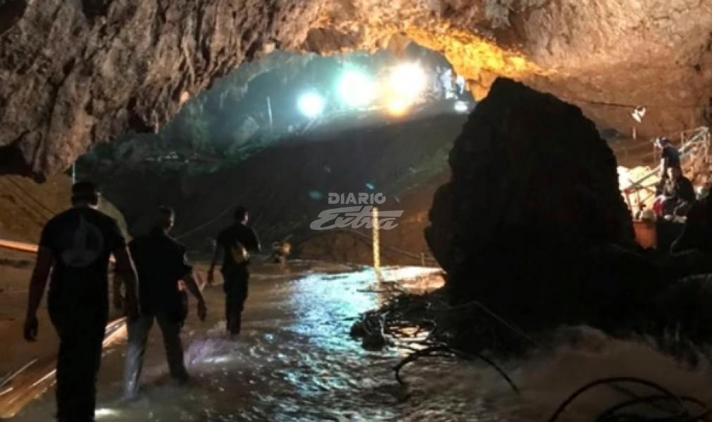 Rescatan al noveno niño en el tercer día de operaciones en la cueva en Tailandia. Aún quedan 3 menores y el entrenador