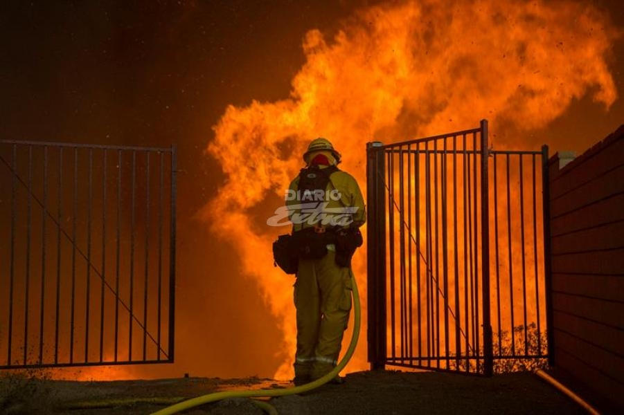 Bomberos controlan incendios forestales