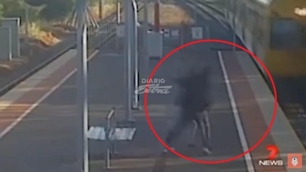 #Video Hombre intentar arrojar a su novia a vías de tren