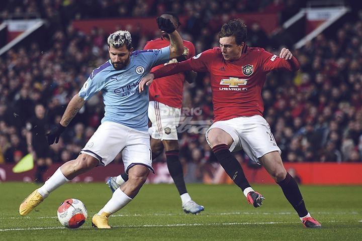 El United vence al City y se queda con el Derbi