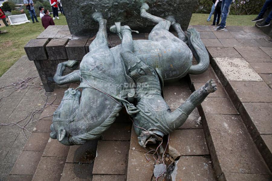 Indígenas colombianos derriban la estatua de un conquistador español