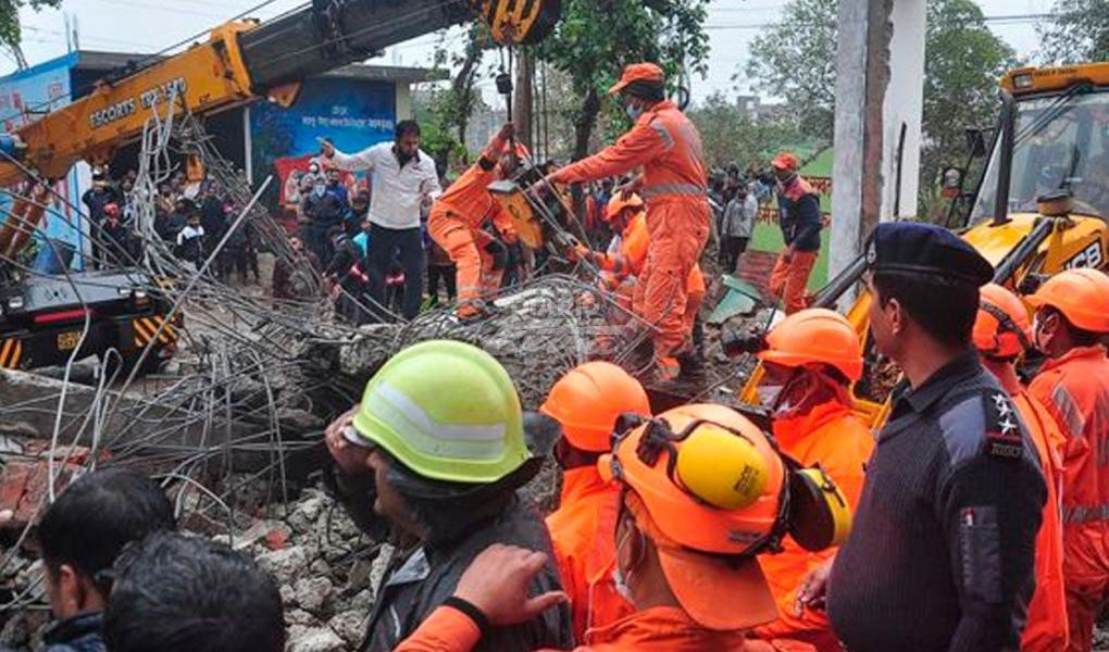 En pleno funeral un techo se derrumba y mueren 23 personas
